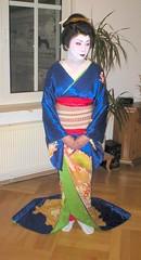 su geisha standing (Suara_Mas) Tags: geiko geisha katsura hikizuri susohiki