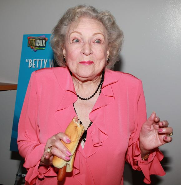 BETTY-WHITE-HOT-DOG4