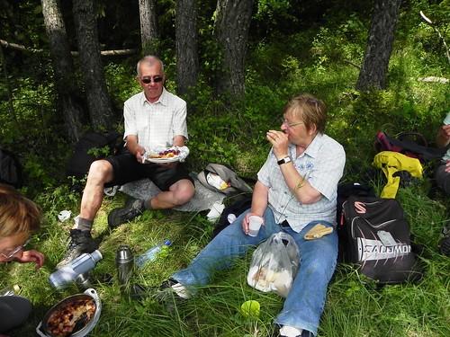 Jean-Marc avec une assiette bien garnie et Jacqueline - Planfait 035