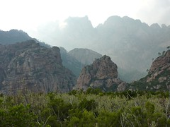 Montée du sentier de Mela : le canyon de Carciara et la crête Promontoire - Calanca Murata avec le Trou de la Bombe