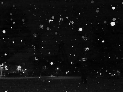 Riesenrad bei Nacht im Schneefall