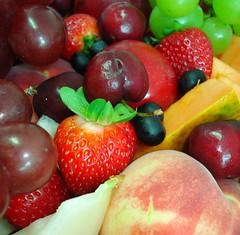 Frutas (Jakza) Tags: frutas morangos uva pêssego cereja nanaturezainnature frenteafrente