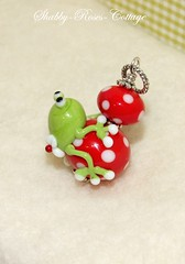 Frog on red-white (*ShabbyRosesCottage*) Tags: green mushroom glass beads frog dots frosch glassbead pendant perlen fliegenpilz blmchen glasperle jelwery glasperlen handgewickelt muchomor gepunktet fliepi