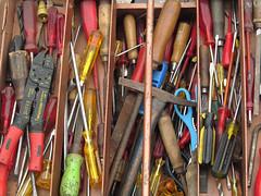 Werkzeugkiste (MKP-0508) Tags: flohmarkt fleamarket marchéauxpuces jahrhunderthalle höchst accumulations tools outils werkzeuge rkzeugkasten kunterbunt bariolé motley