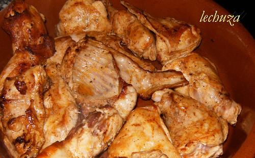 Conejo encebollado-frito en cazuela