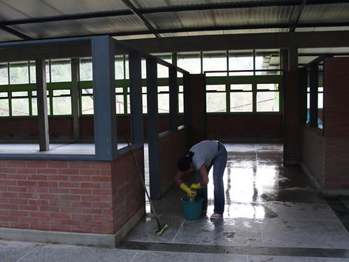 Estudiantes limpian y recuperan el edificio