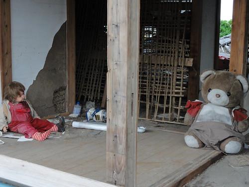 置き去りの人形が語るものとは?被災2ヵ月後でも変わらない街の写真16枚