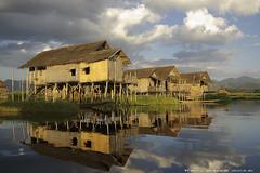 Atardecer en el pueblo flotante (Peru Serra) Tags: lago arquitectura nubes reflejo casas tamron1750 pentaxk10d