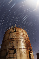 Moonbeam (U_SF) Tags: moon black gold star tank trails beam oil kuwait usf yousef supershot abigfave alhaqqan alrothtain