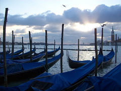 (Pra onde eu vou, venha tambm) Tags: morning blue venice winter cold color water digital sunrise landscape europe kodak gull places colored gondola