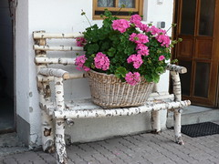Relaxing pink! - Rosa distensivo! (SissiPrincess) Tags: door wood flowers window finestra porta fiori 1001nights legno cesta panchina pinkgeranium gardenseat otw mountainhouse bej geraniorosa flickrdiamond casadimontagna goldstaraward thebestofday 100commentgroup largebasket mbpictures thisismypostcard