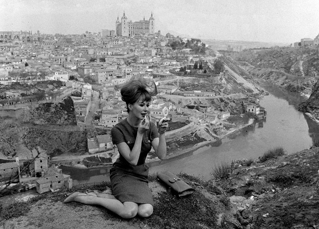 Modelo posa ante Toledo en Abril de 1963. Image by © JAIME PATO/EFE/Corbis