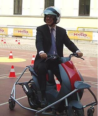 Edoardo Croci prova un simulatore per la sicurezza in moto, 2008