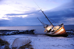 Arnold II, grounded in Andersby (GeirB,) Tags: winter friends norway night contrast lights evening boat norge seaside vinter nikon december afternoon norwegen headlights nikkor lys bt finnmark fjre bltimen vads mrketid kve