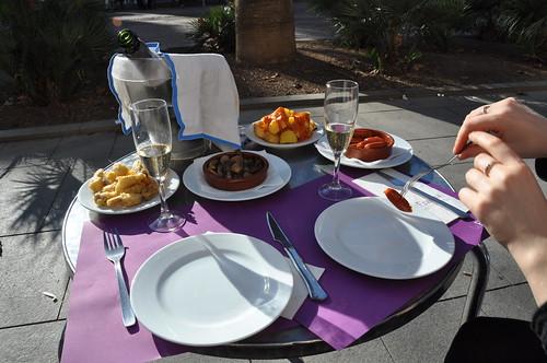 Cava, friterede artiskokker, champignons i hvidløg, kartofler og chorizo