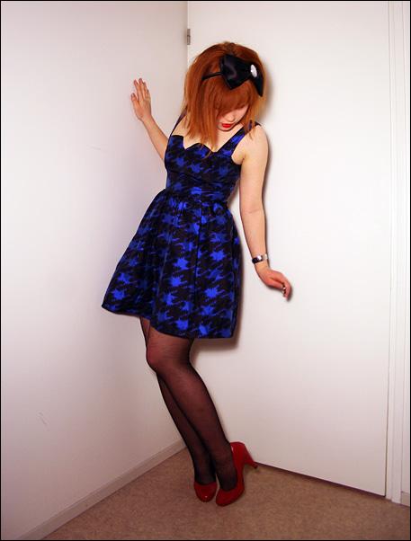 kuparin tukka ja sininen mekko