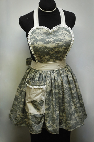 LUCY bibbed retro apron in Camo