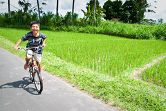 Those golden years... (Pedro Nez) Tags: bali bicycle indonesia happy kid child happiness bicicleta kind felicidad chico feliz nio 2009 fahrrad bubbe glcklich