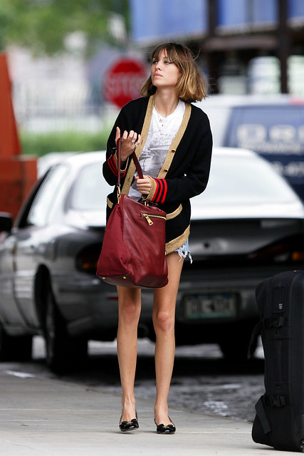 Preppie_-_Alexa_Chung_hangs_around_and_has_fun_with_friends_in_New_York_City_5262