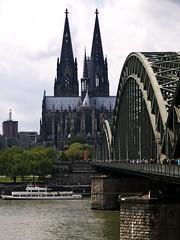 Brücke zum Dom / Bridge to the Cathedral (schreibtnix on'n off) Tags: architecture germany deutschland cathedral dom gothic churches cologne kirchen köln architektur gotik hohenzollernbrücke hohenzollernbridge olympuse3