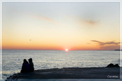 secretos (Disfrutadetodo.) Tags: sol atardecer mar rojo agua pareja cielo nubes fro siluetas vilanova capvespre