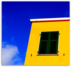cRoMoTeRaPiA... GiAllO-aMaRiLLo-YeLLoW (Claudia Gaiotto) Tags: blue sky italy house green window colors yellow clouds liguria happiness corniglia 5terre