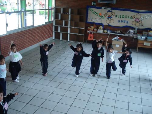 Resultado de imagen para niños saltando en un pie