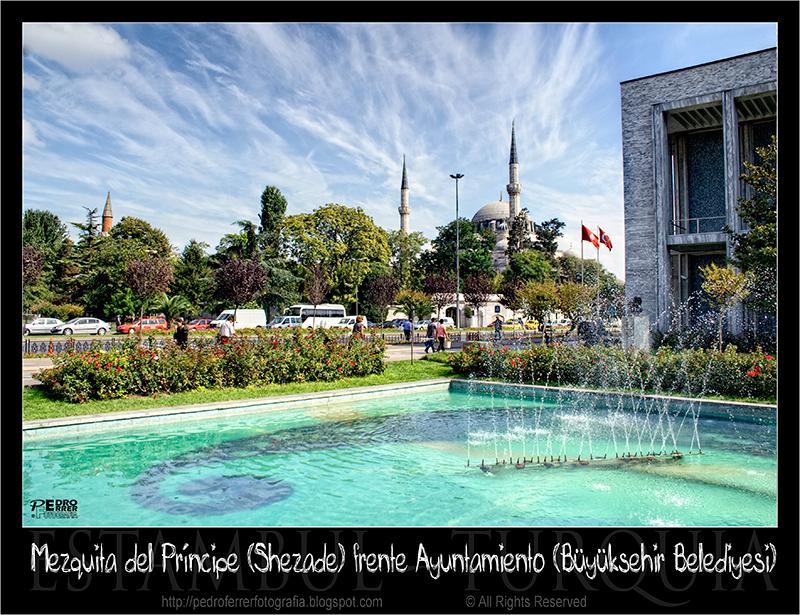 Mezquita del Príncipe (Shezade Cami) frente Ayuntamiento ( Büyükşehir Belediyesi)