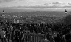 l'assedio di parigi (g_u) Tags: people bw panorama paris gente montmartre bn persone gu bianco nero lampioni ugo turisti parigi folla