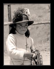 La pequeña y sus pititas (victor mendivil) Tags: peru girl hat nikon cusco artesanias small sierra niña andes sombrero nikkor seller pequeña pisac andina calca vendedora cruzadas d80 18135mmf3556g cruzadasgold victormendivil