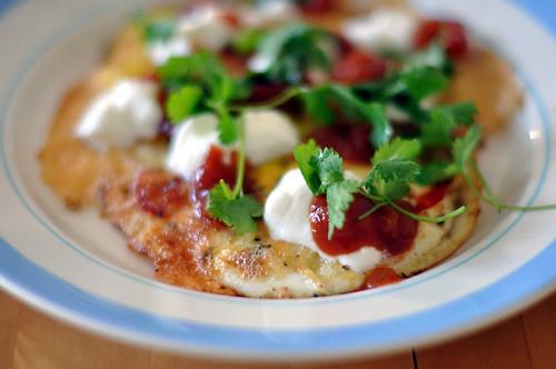 Spejlæg med ost, salsa og koriander