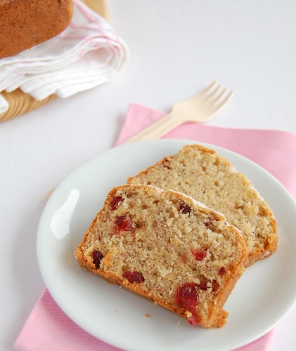 Banana and dried cranberry tea cake / Bolo de banana com cranberries