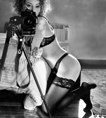 Mi reflejo en el cristal (Leonorgb) Tags: woman blancoynegro alfombra canon mujer femme espejo reflejo cama habitacin autorretrato cristal medias fotografa leonor cmara radiador genial trpode damenstrumpf