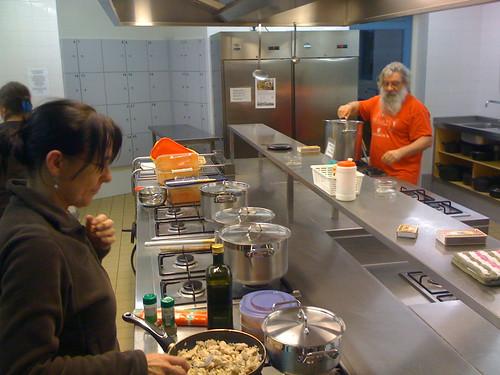 Inmiddels weer terug in 'De Banjaert' waar de voorbereidingen voor het avondmaal al in volle gang zijn...