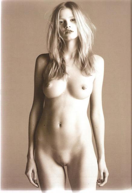Lara-Stone-Nude4.thumbnail