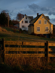 To hus p Vinnes (dese) Tags: houses winter light 2 sun house sol field yellow norway architecture composition fence coast norge photo vinter europa europe december colours foto north norden saturday norwegian fjord scandinavia desember 2009 hordaland hus norvegia nord arkitektur twohouses vestlandet noreg saturdayafternoon fusa dese skandinavia vinnes bjrnefjorden ettermiddag december5 mywinners westernnorway fargar laurdag fusakommune desefoto