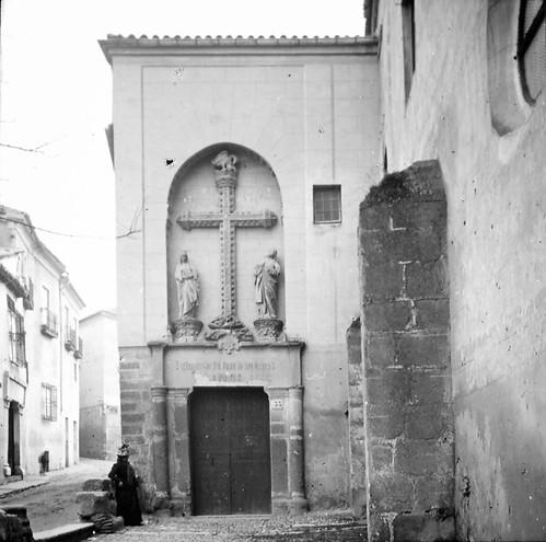 Puerta lateral del Monasterio de San Juan de los Reyes a finales del siglo XIX. Fotografía de Alexander Lamont Henderson