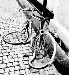 Vlo mou (walegen) Tags: bw bike bicycle wheel nikon nb cobblestones bicyclette twisted vlo roue pavs bended tordu d90 pli walegen