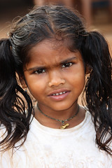 Small girl with shaggy hair - Terre d'Espoir 1 (Pondspider) Tags: poverty india children child goa enfants enfant colva linde pauvret migrantworkers anneroberts annecattrell terredespoir janinegaiddon pondspider charitfranaise