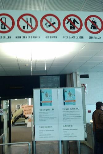 Library signs - niet bellen, geen eten en drinken, niet roken, geen lange jassen, geen tassen