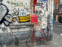 Grrrr... Grrrr.... (ǝɹpɹoʇǝɹɐןıɥd) Tags: brussels streetart pencils graffiti belgium belgique belgië bruxelles graph crayons crayon brussel ixelles potlood elsene créons