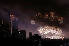 Sydney's NYE fireworks on the harbour (damian_white) Tags: evening december fireworks sydney australia celebrations newyearseve 2009 sydneyharbour sydneyharbourbridge darlinghurst dsc6604 hny10 mariopatricks
