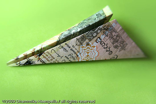paper plane of 2000 rupees