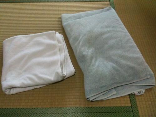 枕カバーとして使ってるバスタオル。元々どちらも同じ色でした。