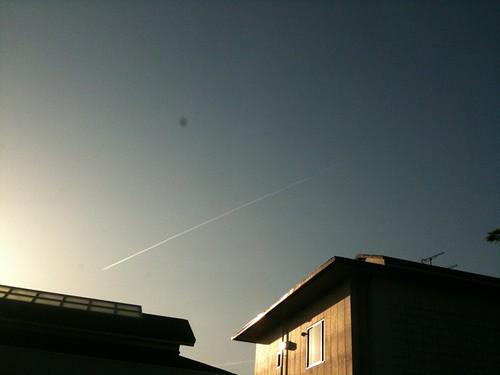 題名「飛行機雲!ぴょろい。」