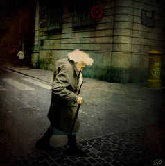 El pes de l'existència  / The weight of the existence (Duarja) Tags: barcelona anciana vejez cruzadas abigfave ltytrx5 ltytr2 ltytr1 ltytr3 ltytr4 ltytr5 ltytr6 ltytr7 ltytr99 magicunicornverybest magicunicornmasterpiece