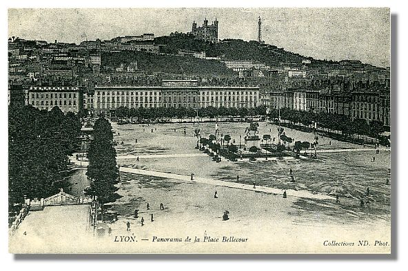 4   LYON - Panorama de la Place Bellecour