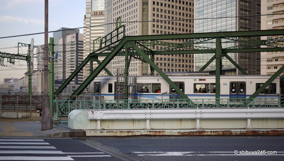 A Keihin train passing over the bridge.