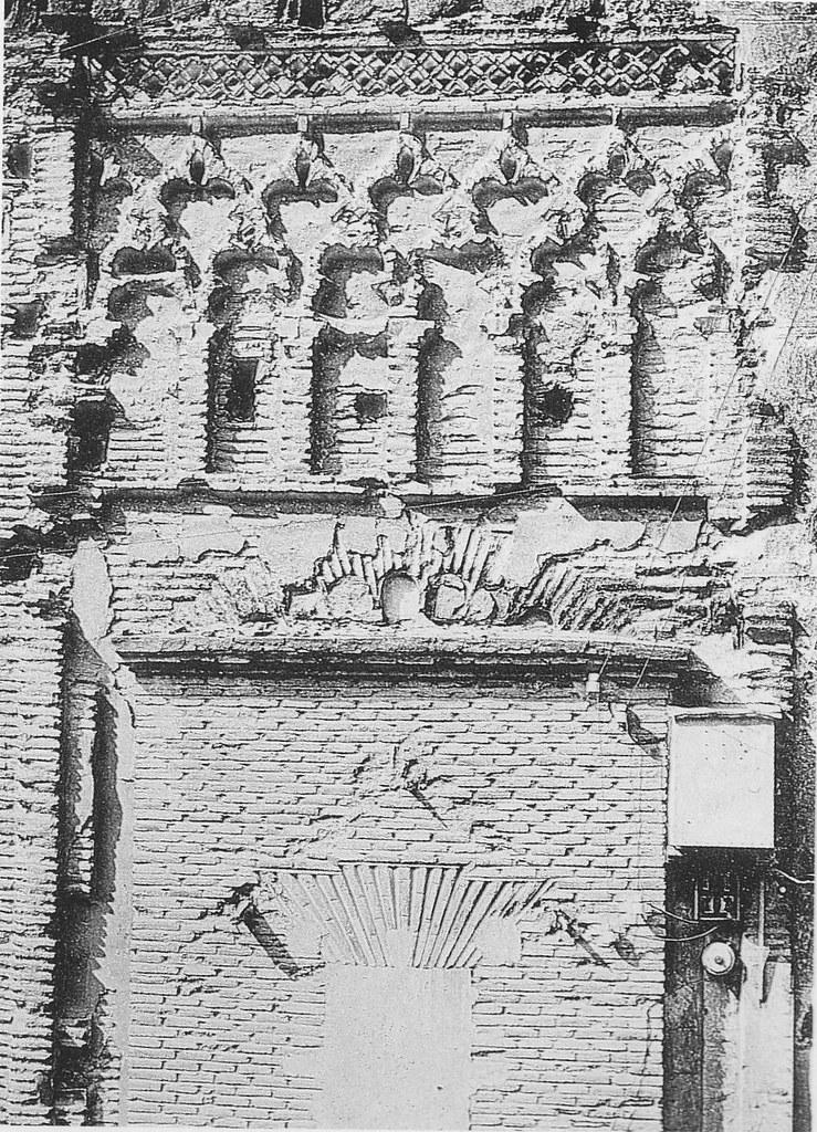Decoración en la puerta de la Iglesia de Santiago del Arrabal a principios del siglo XX. Foto Rodríguez