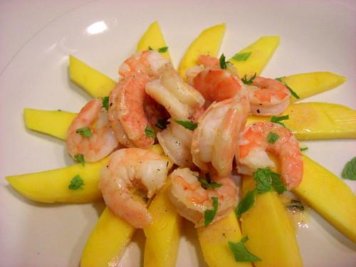 Salad with mango and shrimp